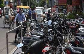 अलवर की ट्रैफिक व्यवस्था बदहाल, मुख्य सडक़ों और चौराहों पर अवैध पार्किंग, कैसे गुजरे राहगीर?