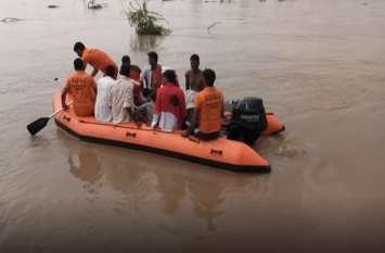 बीसलपुर के 17 गेट खोलने के बाद बढ़ा बनास का जलस्तर, पानी में फंसे 40 से अधिक लोगों को बचाया गया