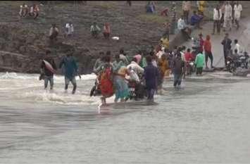 नदी में उफनते पानी ने मचाई तबाही, कहीं घरों-दुकानों पर बरपा कहर, तो कहीं पुलिया पार करने का खतरनाक खेल