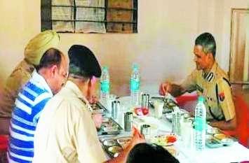 डीजीपी ने जवानों के साथ बहरोड़ मैस में किया भोजन