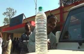 महिला कर्मचारी इस्तेमाल कर रहे थे प्लास्टिक के बोतल, जब अधिकारी ने देखा तो..