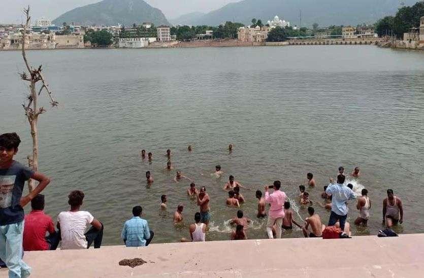 जयपुर की स्कूली टीम ने पुष्कर सरोवर के घाट पर मचाया जमकर हुड़दंग
