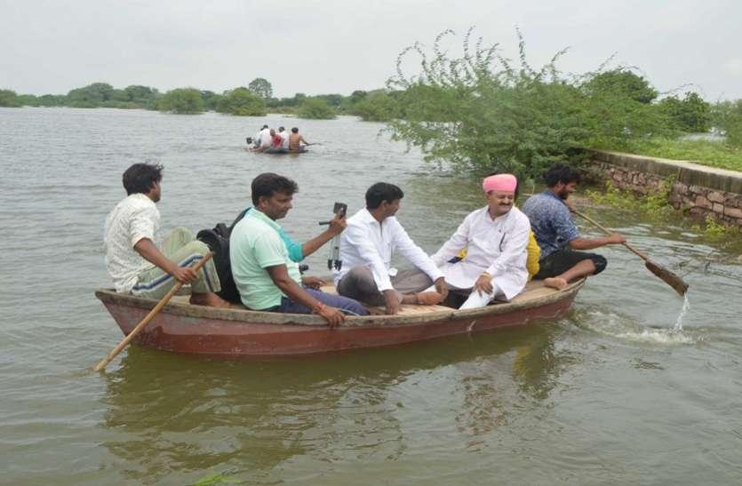 राजावत ने टापू बने गांवों में नाव से जाकर देखे हाल