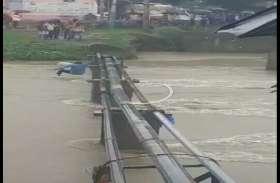 नेवज की पुलिया के ऊपर से निकल रहा पानी, पाइप लाइन के सहारे नदी पार कर रहा युवक गिरा