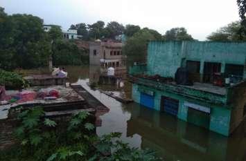 कई गांव में एक मंजिल तक डूबे, ट्यूब के सहारे निकल रहे लोग
