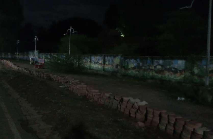 शाम होते ही अंधकार में डूब जाता है उत्कृष्ठ पथ, लाइटें चोरी, कुर्सियां टूटीं, सड़क उखड़ी अब कहां जाएं टहलने