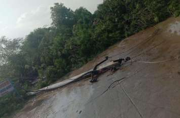 Hevay rain : अंधड़ ने बरपाया कहर, 16 विद्युत पोल गिरे व दरख्त धराशायी