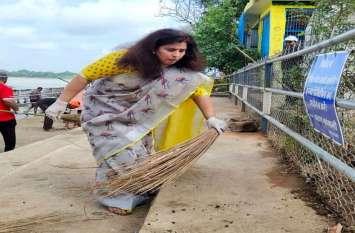 शिवनाथ तट पर झाड़ू लगाने वाली ये हैं राज्यसभा सांसद डॉ. सरोज, देखिए कैसे PM मोदी के जन्मदिन को बनाया खास