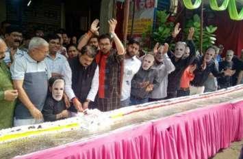 पीएम मोदी के जन्मदिन में भोपाल में काटा गया 69 फीट का केक, लोगों ने कहा- आप दीर्घायु रहें