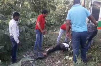 अनियंत्रित बाइक पेड़ से टकराई, चालक का उखड़ा हाथ, कुछ देर बाद हो गई मौत