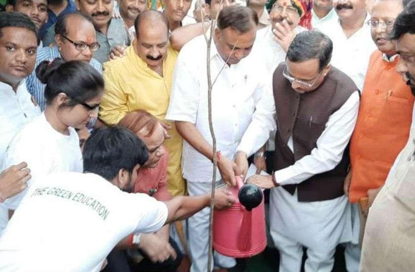 उपमुख्यमंत्री आगरा में, प्रधानमंत्री के जीवन पर लगाई गई प्रदर्शनी का उद्घाटन
