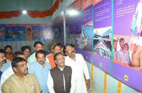 उपमुख्यमंत्री ने प्रधानमंत्री नरेंद्र मोदी के जीवन पर लगाई गई प्रदर्शनी का किया उद्घाटन