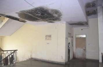 मिनी सचिवालय में गल कर फाल्स सिलिंग गिरी, हादसा टला