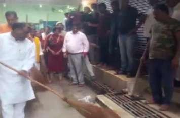 पीएम मोदी के जन्मदिन पर भाजपा नेता गिरीश चंद्र यादव ने लगाया झाड़ू, अस्पतालों में बांटे फल