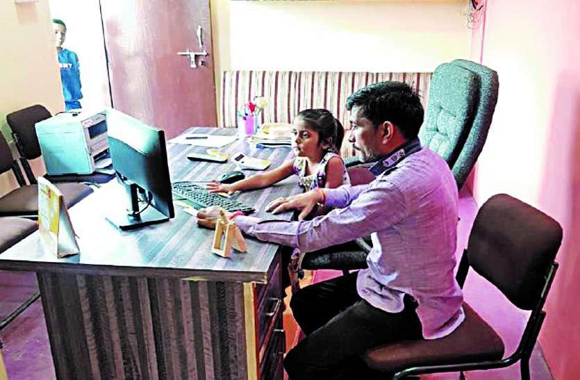 पत्रिका बिटिया@ work : पैरेंट्स के ऑफिस में कामकाज देखकर खिल गया बेटियों का चेहरा