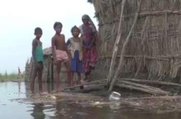 घाघरा का जलस्तर घटा लेकिन अभी भी पानी में डूबे दर्जनों गांव, बाढ़ प्रभावितों में फैल रहा संक्रामक रोग