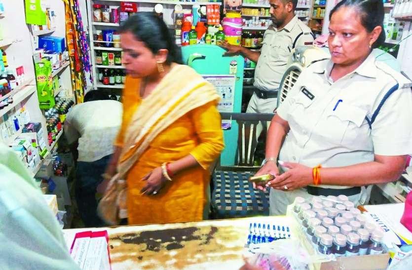 खाद-बीज की दुकान में बिक रही थी नशीली कफ सिरप और दवाइयां, जांच टीम पहुंची तो रह गई भौचक्की