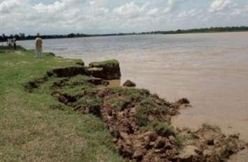 राप्ती नदी का कहर, कटान तेज होने से 15 घर नदी में समाहित