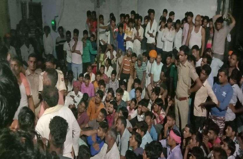 ग्रामीणों की मंदिर के बाहर चौपाल, चार को वाहन चोरी के संदेह में पकड़ पुलिस को सौंपा