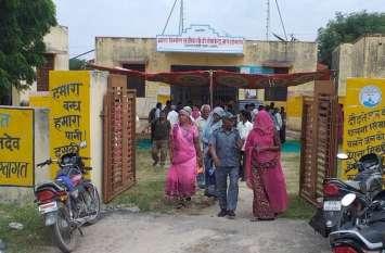 ग्रामीणों को आया गुस्सा तो ग्राम सेवक को शिविर से किया रवाना