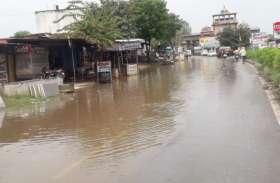 रास्तों में भर गया पानी, लोगों के लिए बन गया परेशानी