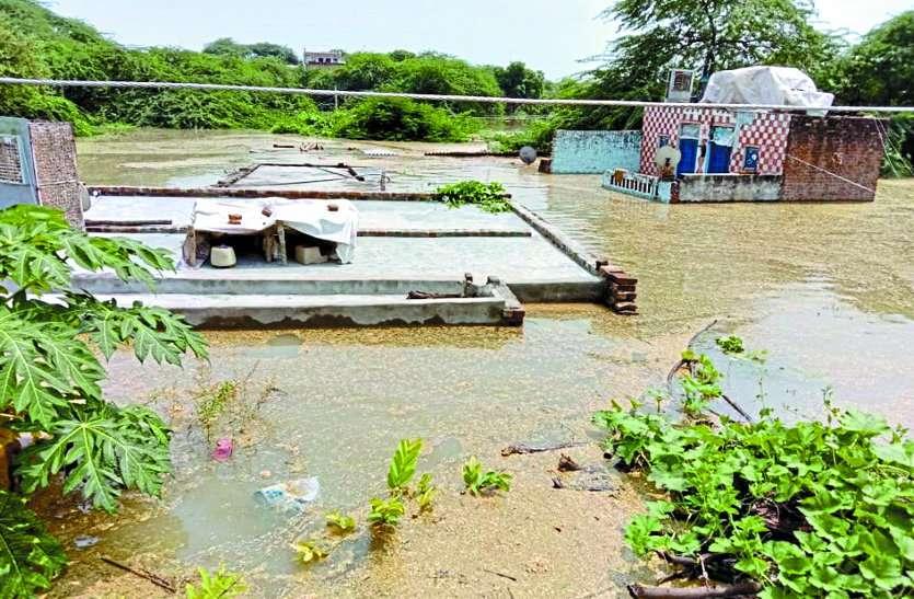 चंबल में आई बाढ़ से 110 गांव घिरे, तोमर और शिवराज थोड़ी देर में करेंगे हवाई सर्वेक्षण