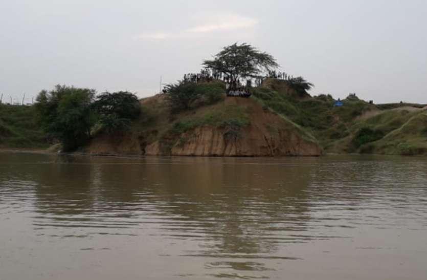 बाढ़ से बचने ऊंचे टीलों पर ली शरण