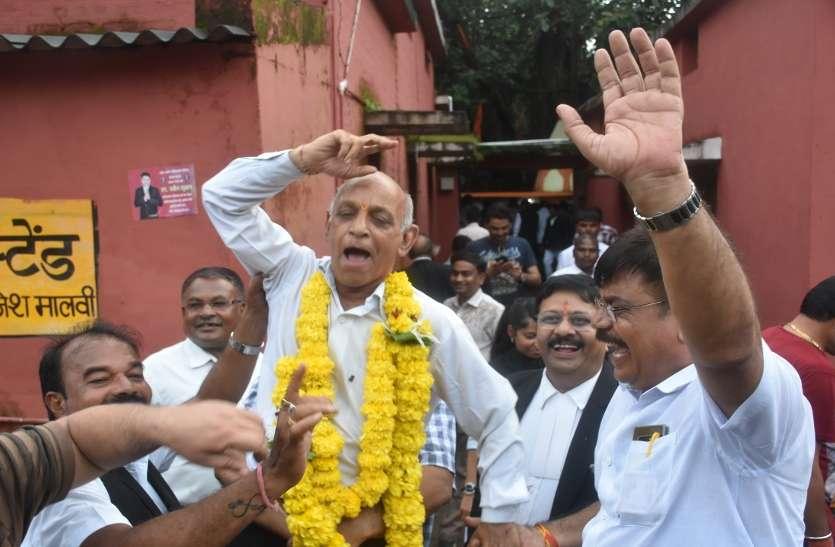 Election: मुख्यमंत्री के गृह जिले में न्यायालय परिसर में हुई आतिशबाजी, झूम के नाचे अधिवक्ता