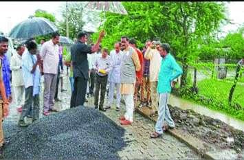 इस मंत्री ने अधिकारियों को दिखाई सड़क निर्माण की गड़बड़ी, मरम्मत के आदेश