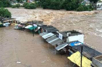 बारिश से जलमग्न हुए कई घर, परेशान होकर लोगों ने किया ये काम