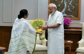 PM मोदी से मिलीं ममता बनर्जी, कुर्ता और मिठाई की भेंट