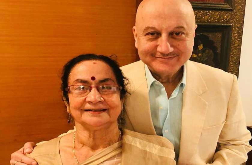प्रधानमंत्री मोदी ने लिया 64 साल के अनुपम खेर की मां का आशीर्वाद, एक्टर ने मां दुलारी का वीडियो किया जारी
