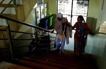 न रैंप न लिफ्ट, गंभीर मरीजों को चढऩी पड़ रहीं सीढिंया