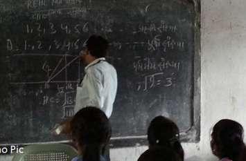 स्कूल समय पर बीएलओ काम से गांव में भ्रमण करते दिखे मासाब तो होंगे अवैतनिक
