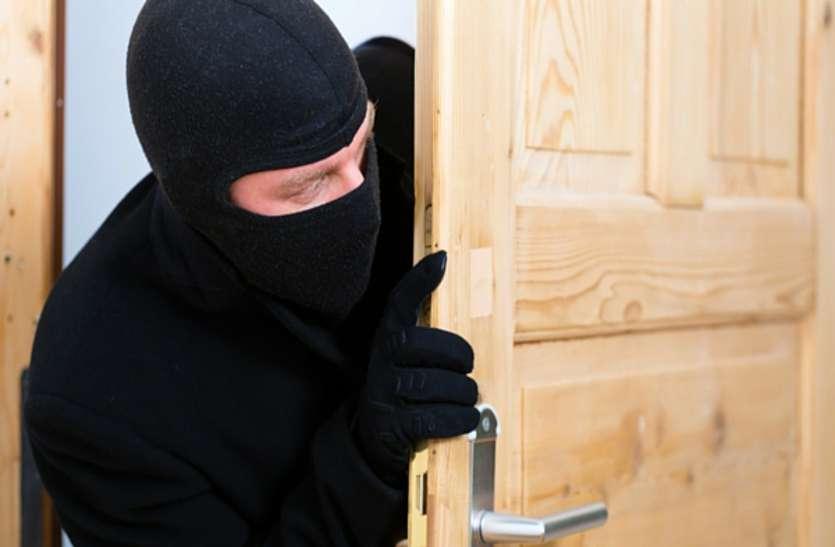 चोरी की नीयत से एक चोर घुसा आरक्षक के घर, दो बाहर कर रहे थे पहरेदारी, फिर जो हुआ वो लाजवाब है