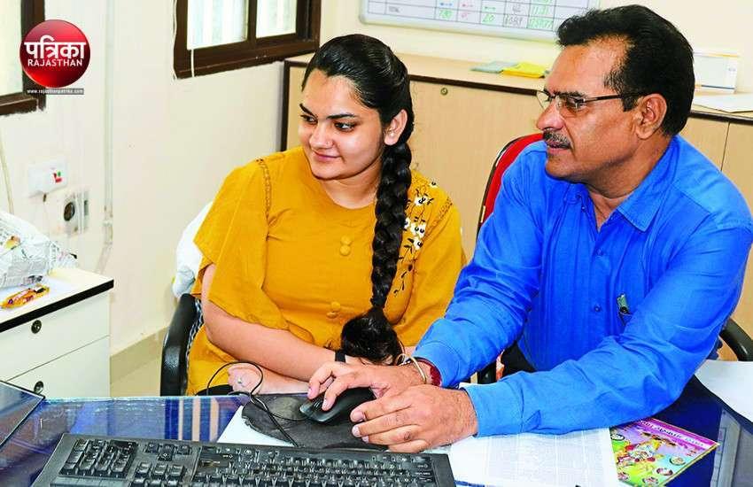 #BitiyaAtWork : बांसवाड़ा LIC ऑफिस पहुंची बेटियां, माता-पिता को लोगों की मदद करते देखकर मिली प्रेरणा