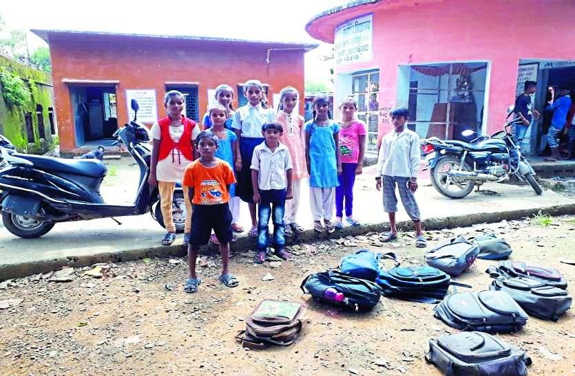 बच्चों ने स्कूल में सफाईकरने से किया मना, स्कूल के प्रभारी ने छात्रों की लगाई पिटाई, बाहर फेंके बस्ते