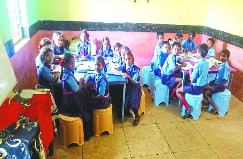 ये कोई प्राइवेट नहीं गांव का सरकारी स्कूल है भाई, यहां बिना बस्ता के शाला जाते हैं बच्चे, हाईटेक एजुकेशन ऐसा जिसे देख दुनिया हैरान