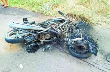 दर्दनाक हादसा: भीषण टक्कर के बाद बाइक में लगी आग, पति-पत्नी की मौत
