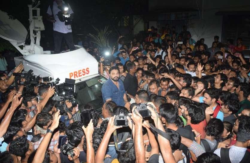 जादवपुर यूनिवर्सिटी में मंत्री बाबुल पर हमला, राज्यपाल का रास्ता रोका