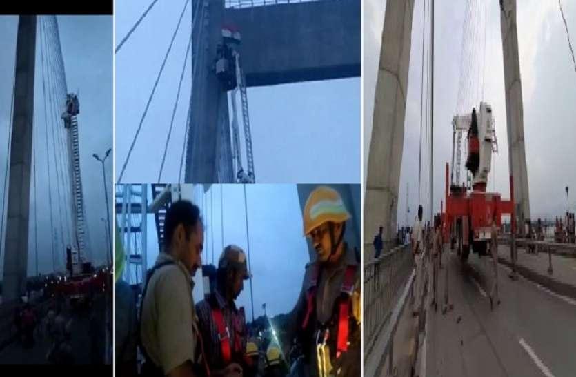 चंद्रयान से संपर्क टूटने से नाराज युवक चढ़ गया 100 फीट उंचे टाॅवर पर, कहा जबतक इसरो से संपर्क नहीं होगा नहीं उतरेगा