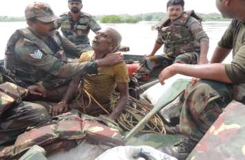 बाढ़ में डूबते ग्रामीण को सेना ने किया रेस्क्यू