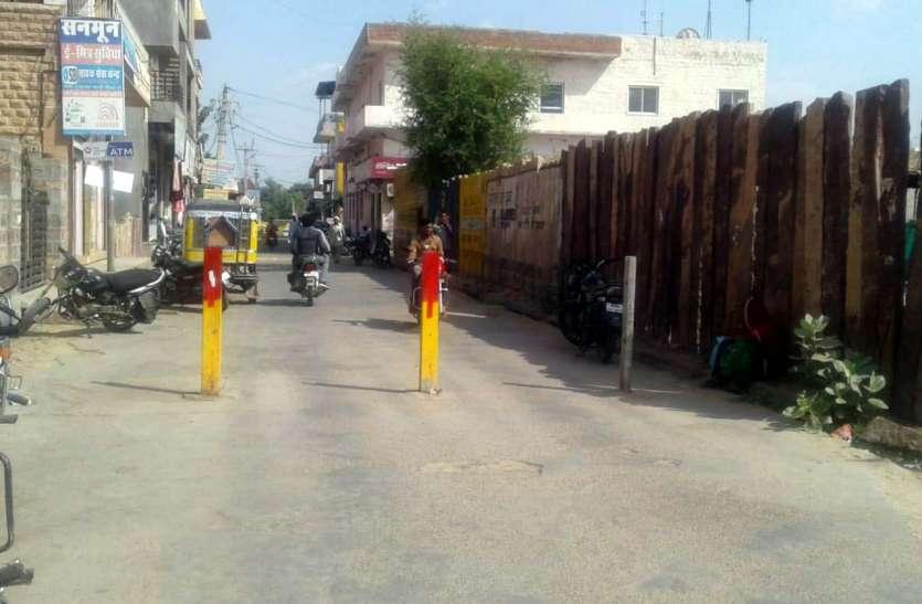 नई सड़क पर लगाए गए यातायात अवरोधक हटाने की उठी मांग