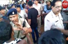 Video:बच्चा चोर समझकर युवक को पकड़ा, पुलिस छुड़ाने पहुंची तो हुआ पथराव