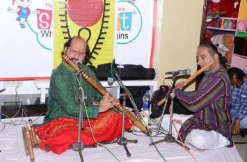 छेड़ी बासुंरी की तान को मुग्ध हुए श्रोता