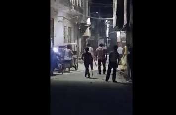 VIDEO: रात में इस बात को लेकर हुआ बवाल, एक दूसरे पर जमकर बरसाए पत्थर, इलाके में पुलिसबल तैनात