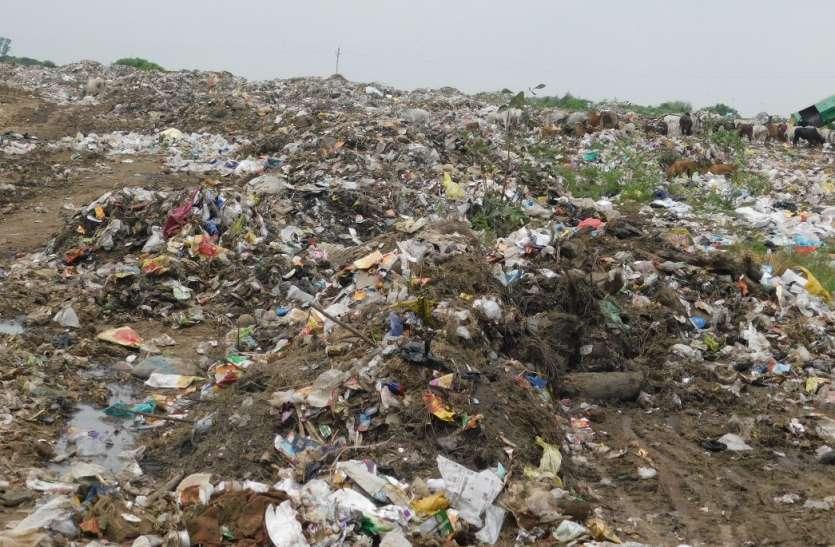 डंप करने ट्रेंचिंग ग्राउंड नहीं, खुले में बना दिया कचरे का पहाड़