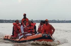 गंगा की उफनती लहरो में भी बोट से बाढ़ पीडि़तो से मिलने गये सीएम योगी आदित्यनाथ