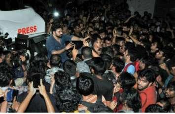 जाधवपुर यूनिवर्सिटी: छात्रों ने बाबुुुल सुप्रियो को बनाया बंधक, राज्यपाल ने दिए जांच के आदेश