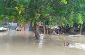 बाढ का कहरः शहर से ज्यादा बेहाल हैं गांव के लोग, सब कुछ हो गया खत्म